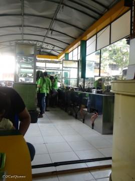 Dapurnya ada di bagian depan restoran