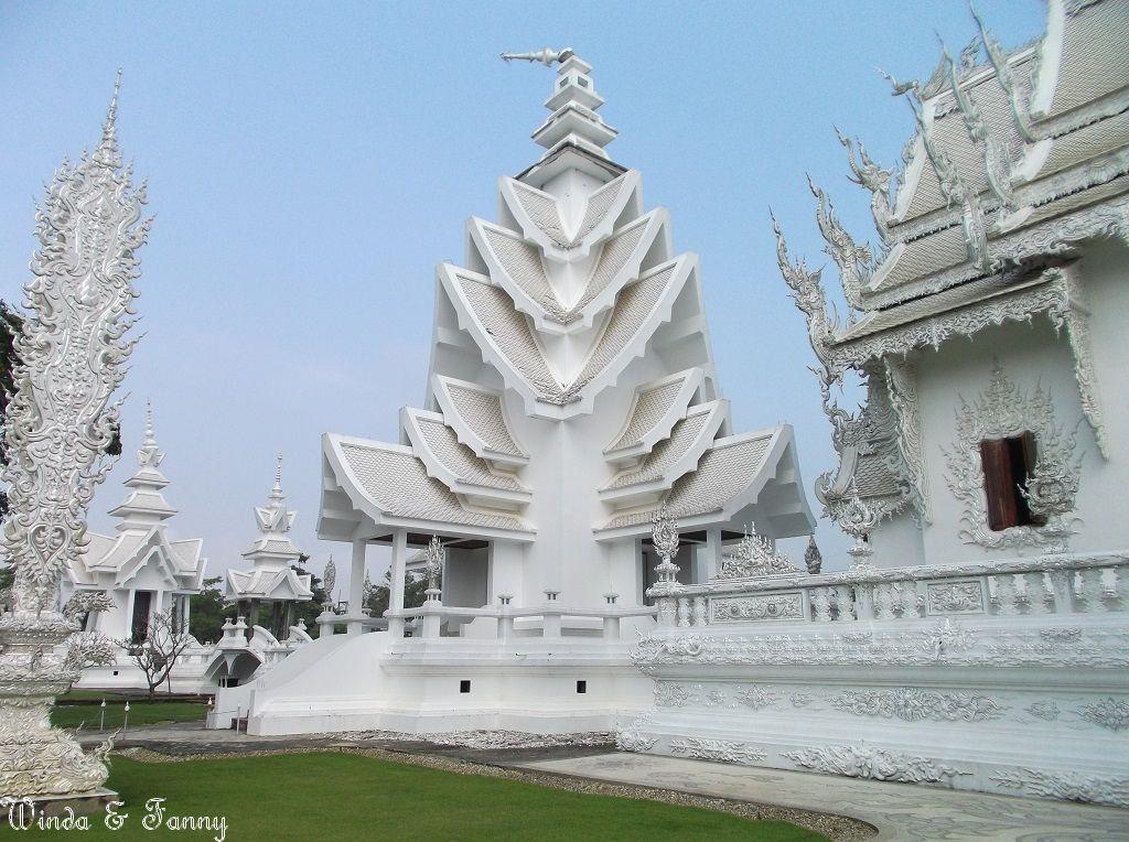 white temple menara yg patah