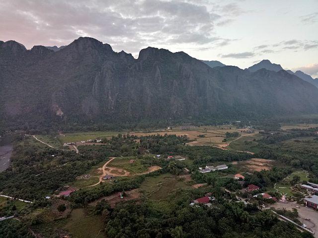 Naik balon udara, vang vieng, wisata hot air balloon, vang vieng, laos, wisata alam