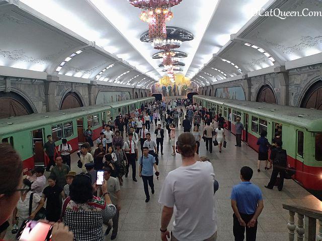 kereta bawah tanah pyongyang korea utara metro, cara naik kereta bawah tanah pyonyang, tiket kereta bawah tanah metro pyongyang, stasiun terdalam metro pyongyang, interior stasiun metro pyongyang, nama-nama stasiun metro pyongyang, whatravel indonesia, tour korea utara